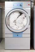fehér ágynemű elektromos mosógép mosás a szállodában