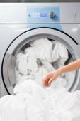 vágott kilátás szobalány közelében fehér ágyneműt a mosoda