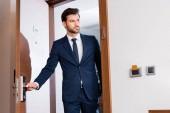 Fotografie pohled nízkého úhlu pohledného muže vstupujících do hotelového pokoje