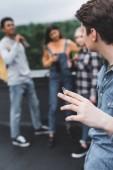 szelektíven összpontosít tinédzser dohányzás cigaretta barátaival a tetőn