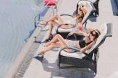 a nők a szalmakalap, a medence melletti napozás