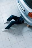 oříznutý pohled na auto mechanik opravování aut v automobilových službách