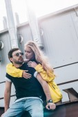 Photo beautiful and blonde woman hugging handsome man in glasses