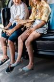 Fotografie ostříhané zobrazení dětské držbičky biroviny blízko bratra a auta