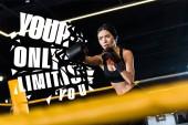 szelektív középpontjában a komoly nő boksz állva ökölvívás kesztyű edzőteremben, az Ön egyetlen korlát akkor illusztráció