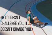 oldalnézetből vegyes verseny sportember ül futópálya a stadionban napos időben, ha ez nem kihívás, akkor nem változtat meg illusztráció