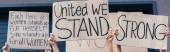 Panoramaaufnahme von Feministinnen mit Plakaten mit feministischen Parolen
