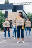 teljes hosszában tekintettel az afroamerikai feminista gazdaság plakát a felirat a jövő női közelében nők utcai