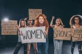 Fényképek érzelmi multikulturális nők álló és tartott plakkok fekete