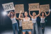 Fényképek érzelmi multikulturális nők sikoltozik és gazdaság plakkok fekete