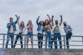 muži se šátky na tvářích gestikulovat blízko multikulturních lidí křičících venku