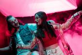 ember és szép lány táncol-ban szórakozóhely-val rózsaszín füstöl