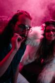 ember dohányzás marihuána közös közelében mosolygó lány nightclub