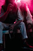 ember alkohollal dohányzás cigaretta közelében fiatal nő alatt rave Party nightclub