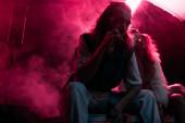 ember cigarettázik közelében fiatal nő alatt rave Party nightclub