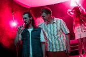 Fényképek ember átölelve egy másik ember ivóvíz nightclub alatt rave Party
