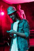 ember használ smartphone közben rave fél nightclub