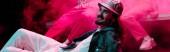 panoráma lövés mosolygó ember feküdt a padlón nightclub alatt rave fél rózsaszín füst
