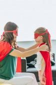 anya és lánya a jelmezek a szuperhősök nézi egymást otthon