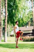 pohled na pohledný atletický výcvik sportovce v parku