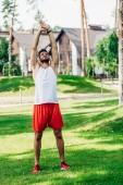 vousatý sportovec trénink na zeleném trávníku