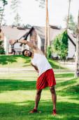 bärtiger Sportler beim Training auf grünem Rasen