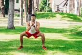 sportos szakállas férfi képzés a füvön parkban