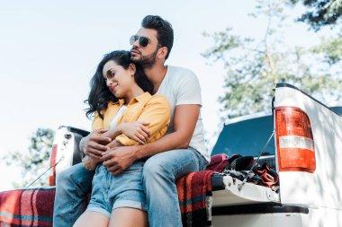 araba yakınında güneş gözlüğü güzel kız sarılma yakışıklı adam