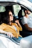 az autóvezető közelében vonzó lány célzott fókuszban