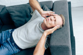 jóvágású ember póló zárt szemmel megható fejét a lakásban