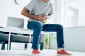 oříznutý pohled na člověka v tričku s žaludky v bytě