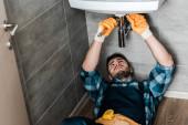 Selektiver Fokus des Reparateurs Reparatur von Wasserschäden mit Schraubenschlüssel im Badezimmer