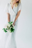 oříznutý pohled na nevěstu ve svatebních šatech držící Buket izolovaný na bílém