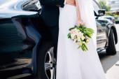 Fényképek nyírt kilátás vőlegény öltöny átölelve menyasszony esküvői ruha csokor