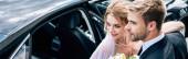 panoráma lövés a vonzó menyasszony és a szép vőlegény átölelve kívül