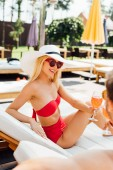 Teilansicht eines glücklichen Paares mit Cocktails im Resort