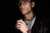 szelektív középpontjában a stílusos férfi szemüvegek gazdaság whisky izolált fekete