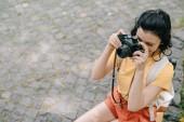 Fotografie režijní pohled na ženu fotografovat digitální fotoaparát