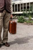 Fotografie Ausgeschnittener Blick auf Senior mit Reisetasche