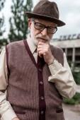 Fényképek töprengő magas rangú férfi állandó közelében épület csernobili