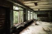 Fényképek elhagyott tantermi piszkos székek az iskolában