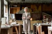 Fényképek szelektív középpontjában nyugdíjas nő állt keresztbe fegyverek közelében piszkos asztalok