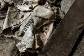 Fényképek megégett újság a jövő betűkkel a piszkos padlón