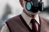Fotografie oříznutý pohled na staršího muže v ochranné masce v Černobylu