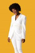 boldog afro-amerikai lány álló elszigetelt narancs