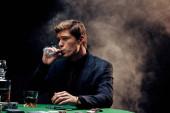 jóképű ember dohányzás szivart fekete füst