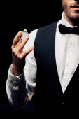 ostříhané zobrazení vousatého muže držící Poker čip izolovaný na černém