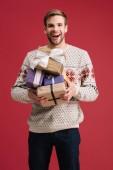 boldog csinos férfi gazdaság karácsonyi ajándékok elszigetelt vörös