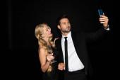 Schönes Paar macht Selfie auf Smartphone mit Champagner-Brille