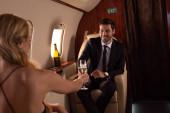 elegáns pár csattogó pezsgős poharak utazás közben sík